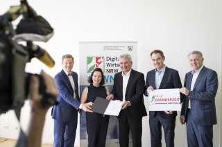 Übergabe des Bescheides zur zweiten Förderphase durch Digitalminister Prof. Dr. Andreas Pinkwart, © MWIDE NRWR. Sondermann.