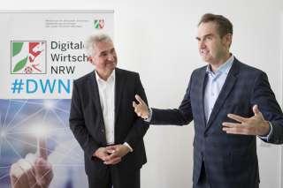 Dr. Oliver Grün, Vorstandsvorsitzender digitalHUB Aachen bei Übergabe Förderbescheid mit Prof. Andreas Pinkwart, © MWIDE NRWR. Sondermann.
